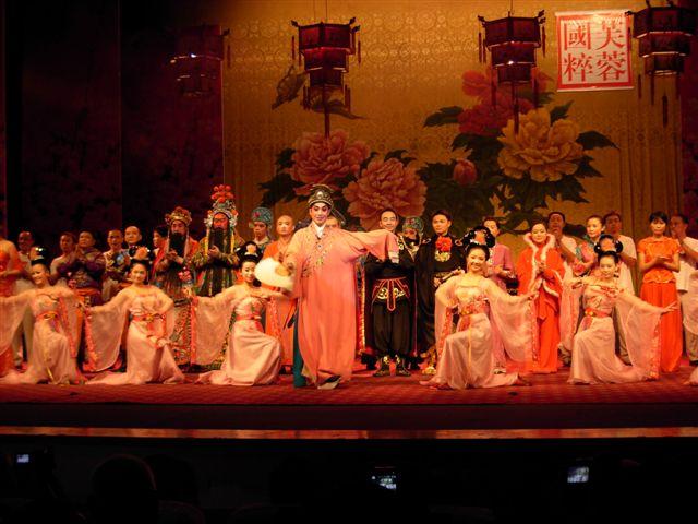 かって蜀の都であった四川省成都で三国志物語の劇をみる