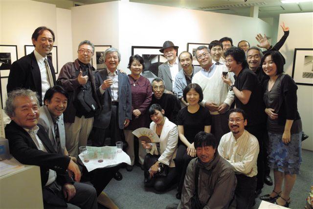 日本写真家ユニオン第4回オリジナルプリント展・ギャラリー新居東京店(銀座)で、出品者を囲んで記念写真。