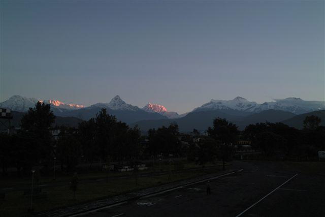 ネパール・ポカラ空港から夜明けのヒマラヤを望む(2008.9)