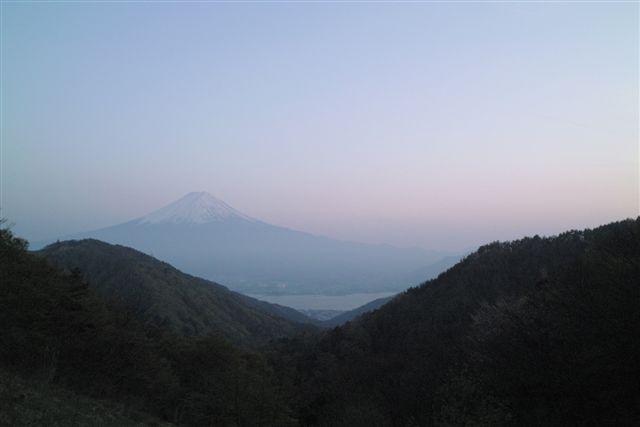 太宰の小説『富嶽百景』の一節「富士には、月見草がよく似合う。」で知られる御坂峠からの夕闇の富士山