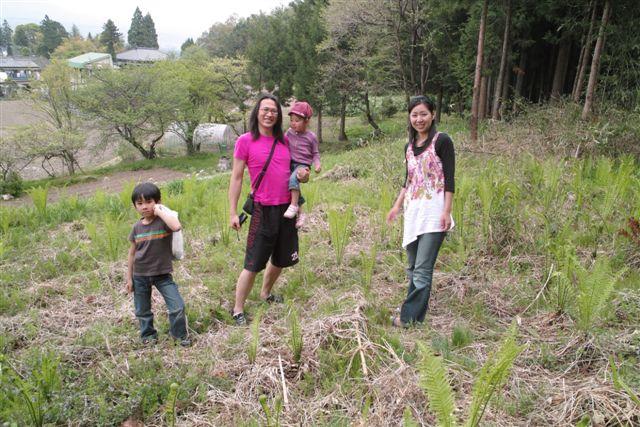 実家近くの山麓で、こごみ採りをする塩崎君一家の風景