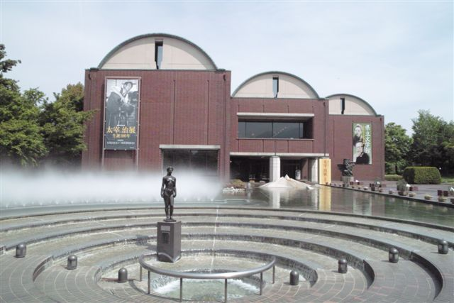 山梨県立文学館の全景(甲府市)