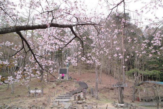 牧水の「枯野の旅」詩碑が建つ暮坂峠。峠を下った沢渡温泉に、僕の写真を全部屋に飾ってある有笠山荘がある
