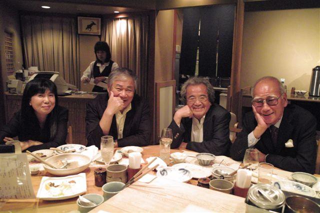 いつの間に、写真家野町和嘉、榎並悦子夫妻さんも合流して、酒席いっそう楽しそうだった。板場からパチリ。