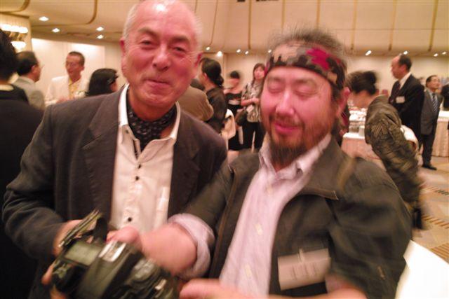 水中報道写真家の中村征夫さんと動物報道写真家の宮崎学さんは、とにかく動きが早い。カメラを向けても止まる気配すらない。
