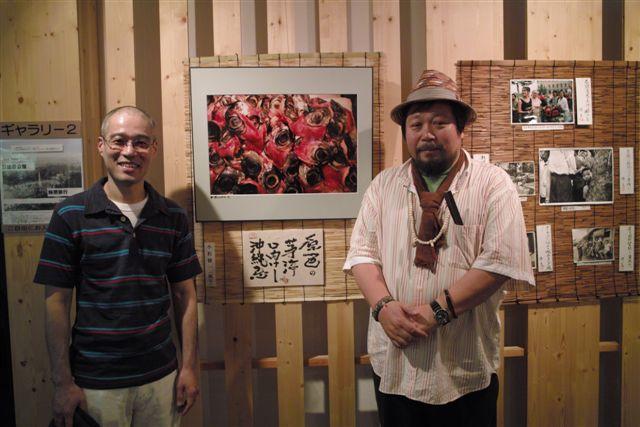 僕の作品の前で、上野広小路亭の寄席に立つ前にわざわざ寄ってくれた立川志遊師匠と記念写真です。