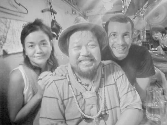 新宿の「やきとり横丁」で出会ったスイスの青年と通訳をしていた香港帰りの彼女と。(photo:toru shiozaki)