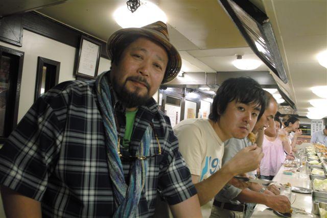 7月18日 大阪・梅田の地下飲食街の立ち飲み串揚げ屋で。「フォトコン」編集部の坂本君と。