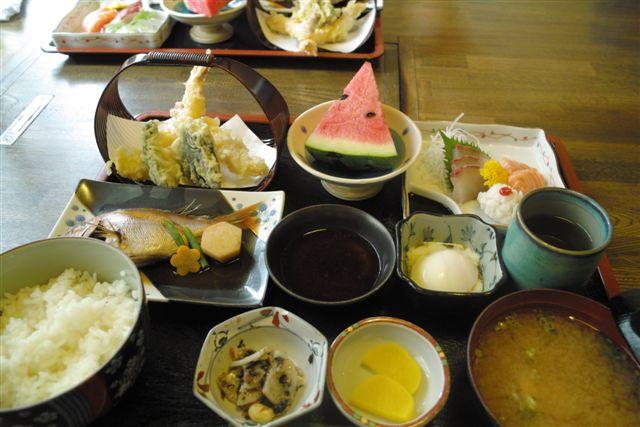7月19日 岡山・下津井漁港の食堂での昼定食。小鯛の煮物、鱧などが美味しかった。