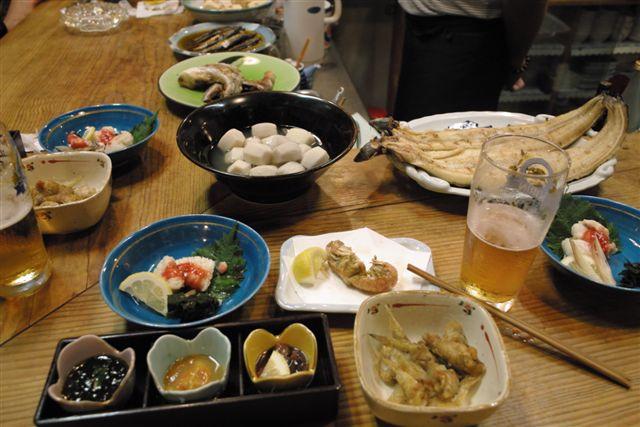 7月20日 倉敷の中村さんの行きつけの居酒屋で。昔ながらの蔵作りの店で歴史を感じ落ち着く。瀬戸内の雑魚料理がなんと言っても旨い。穴蝦蛄、石モチなどのから揚げやママカリの焼き南蛮など珍味だった。ママカリは、あまりの旨さにご飯が足らなくなって隣に、飯をかりにいったことから「ママカリ」と命名されたということを中村さんの奥さんは自慢そうに語った。