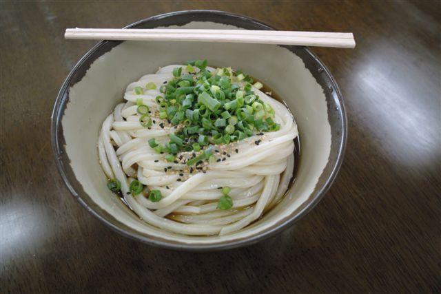 7月22日 高松はあまりにもうどん屋が多いが、そのどれもが水準をクリアする旨さだ。この店も一杯250円。葱、揚げ玉は自由だ。やはり醤油のぶっ掛けがシンプルで旨い。