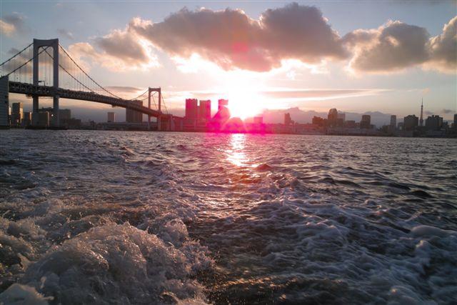 東京の夕暮れもまんざらでもないね。こうして見ると東京はいまも水の都であることが実感できる。