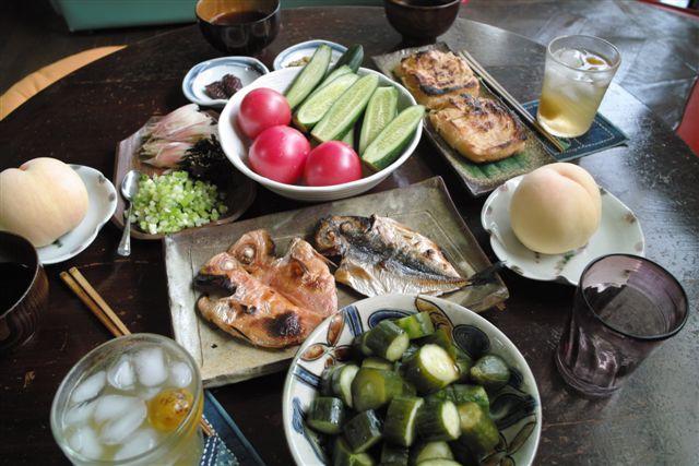 デザートに岡山からの白桃をかじめ、鹿児島からの天日干しのきんめ鯛と鯵のひもの、新潟・栃尾の厚揚げ(納豆、浅葱入り)、自家製糠漬けに青梅ジュース、路地トマトにきゅうり(葱味噌、昆布梅肉のたれ)。メインは讃岐の包丁切りそうめん。 薬味には、家の裏に生えてる天然の紫蘇の葉、茗荷、万能葱。