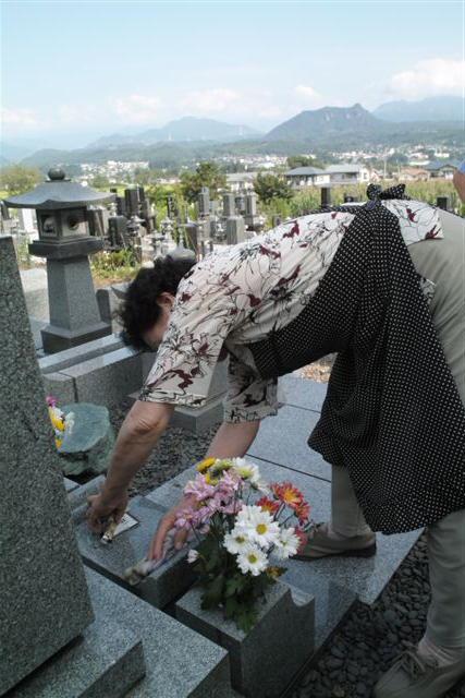 今回は、お盆だからではあるが、そうでない時の帰省でも僕はよく墓参りをする。親父さんやお祖父さん、お祖母さんはもちろんだが、本家の伯父さん、伯母さん、従兄弟たちや友達などの墓参もする。何故か田舎へ帰ってくるとお墓参りを自然としたくなるのである。そして墓参りをするとこころが落ち着くのである。暑い中、墓掃除をする81歳を過ぎたおふくろ。