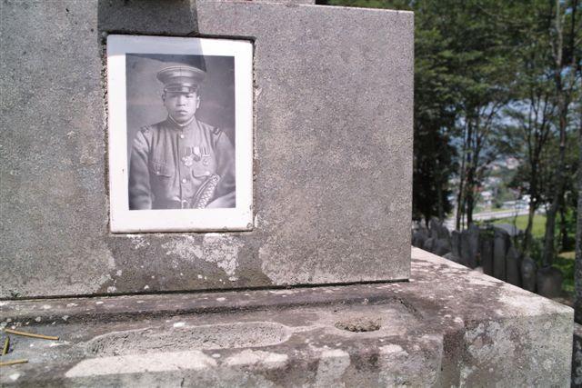 母のすぐうえの兄「和之(かのう)伯父さん」の墓。墓碑には次のようなことが記されていた。「陸軍軍曹 勲七等 功六級 上田和之墓」 「昭和17年5月8日 中国折江省に於いて24歳で戦死」祖母は戦地で若くして立派に亡くなったこの伯父さんのことをいつも僕に聞かせていたことを思い出した。