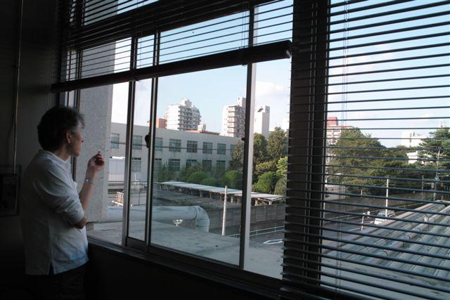 印刷立会いの校正室から見るたそがれる凸版印刷板橋工場の風景。一服するK編集者。