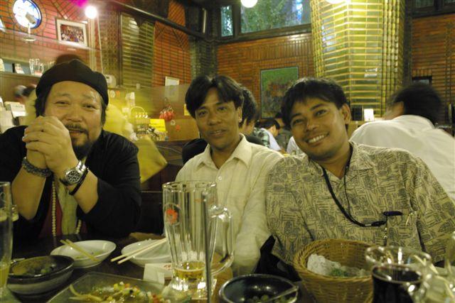 ネパールの若き友人、ホム・シュレスタ君(右)とスレシュ・サキャ君と銀座7丁目ライオンで。