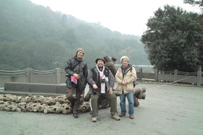 四川大地震の被災地だった世界遺産の都江堰で。同行した鈴木、塩崎氏と(12月7日)