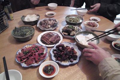 都江堰の街で遅い昼食をとった。湯でもの、蒸かしもの料理が多く口に馴染んだ。