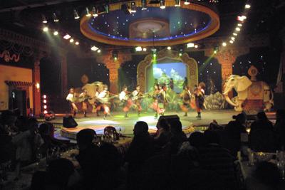 12月7日。チベット民族の歌や踊りの繰り広げられる店に流れて大いに烏里君を中心に盛り上がった。