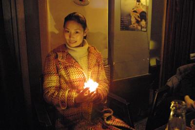 12月7日。最後の店はイ族の女性の店で歌もうまかった。ビールはこの店を合わせて一晩で80本空けた。