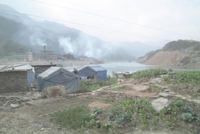12月9日。昨年の四川大地震の最大の被災地だった青川県は、まだいたるところに、救援テントが張られており、人々はそこで暮らしていた。