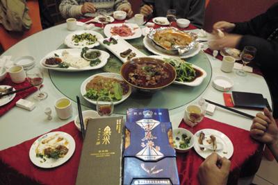 12月13日。3年ぶりに徐さんと会い交友を暖めた。漢中名産の黒米の酒を空けた。