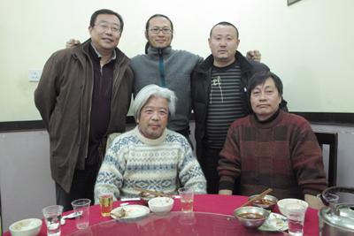 20年前の初めての中国取材から何度も2人で歩いた崔曙軍君が襄樊まで会いに来てくれた。彼は今、日産自動車の鄭州の会社に勤めていた。3年ぶりの再会。日本人同行者と中国の写真家・烏里烏沙君とドライバーの何平君(12月15日)