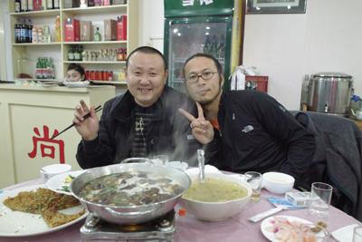 12月16日。長江の岸辺の街、宣昌。土家族の料理の店で夕食を取った。女主をはじめみな明るく久しぶりに楽しく食事ができた。