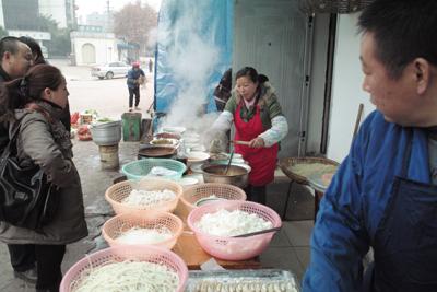 12月17日。赤壁へ向かう朝。朝食は屋台が多い。早くて旨くて、それでいて30円程と安いと来ているからたまらない。