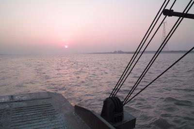 12月17日。烏林から赤壁へ向かうフェリーから長江へ沈む落日を撮った。この時、愛用の二コンF3PHPが300ミリを付けたまま鉄の甲板へ落下して動かなくなってしまった。