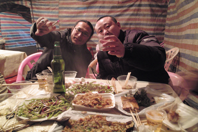 武漢で泊まる予定だったが、赤壁で泊まることにした。町は屋台が多く、どの店も長江で獲れた魚が豊富であった。ドライバーの何君と塩崎君を僕らは「タバコ兄弟」と呼んでいた。