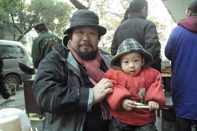 12月18日。この日合肥までたどり着かねばならず、早朝の出発となった。宿の近くの屋台で温かい麺をとる。若いお母さんが働いているので、僕は少し子どもと遊んだ。