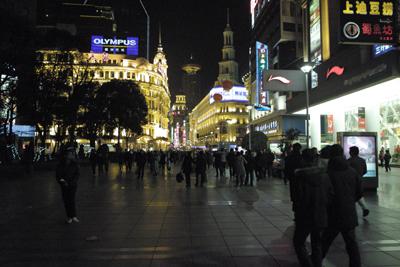 12月19日。赤壁から合肥、そして上海と約830キロ走り、ようやく最終地点まで辿り着いた。ホテル近くの南京路を歩いてみる。最後の夜ということで「北京ダックを食べた~い」と言うので老舗の北京料理店へ行った。しかし皆、四川料理に馴れてきたので味が薄く感じて、塩崎君は胡椒を山になるほどかけまくっていた。