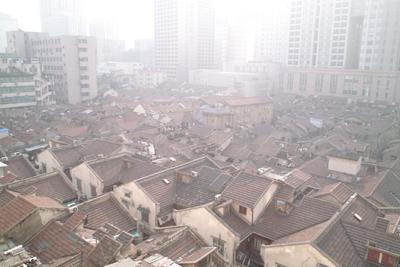 12月20日。帰国の朝、上海のホテルの部屋の窓から。この日の取材メモより「上海の朝。さわやかな朝日に目覚める。夕べのマッサージ気持ち良し。優しいこころを感じた。朝食後、烏里君は書店に高山植物の資料を買いに。鈴木、塩崎両名は街の朝の光景を撮影にでかけた。僕は15日ぶりにのんびりとコーヒーを飲みながら伸びた爪を切っている。空けた窓辺から冷たい風とともに街の活気ある音が聞こえてくる。・・・・・・」