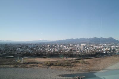 利根川と榛名山、その向こうに白銀の浅間山が遠望できる