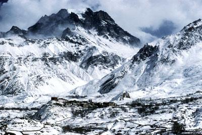 旧王城の面影をとどめるネパールヒマラヤのムスタン・ジャルコット村(3700m)の雪景色
