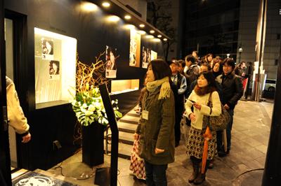 ライブ終了後、CDのサイン発売会をしたが冷たい雨の降る中、1時間以上も外に並ぶ凡子ファンの人たち。